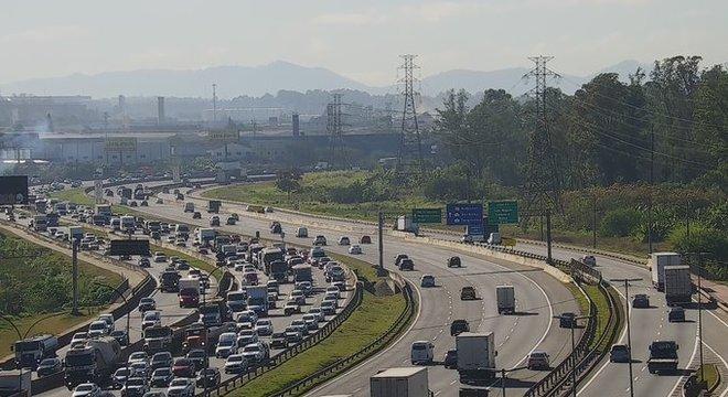 Trecho do km 19 da Ayrton Senna em Guarulhos (SP) na manhã desta quarta (26)