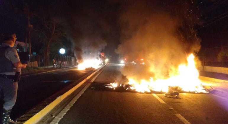 Manifestantes atearam fogo em pista da rodovia Índio Tibiriçá, em Ribeirão Pires