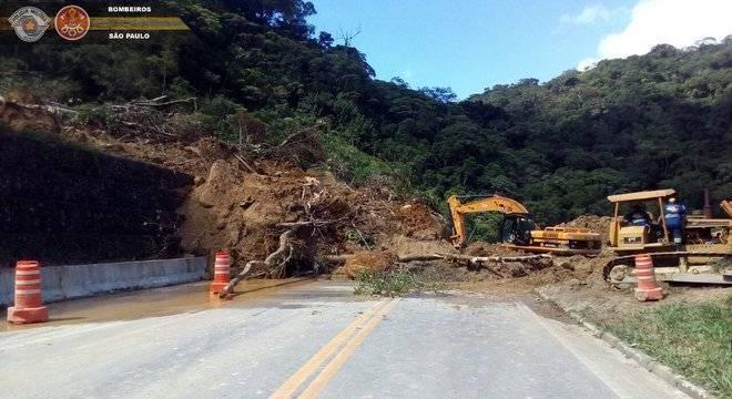 Rodovia Mogi-Bertioga permanece interditada nesta terça-feira (17)
