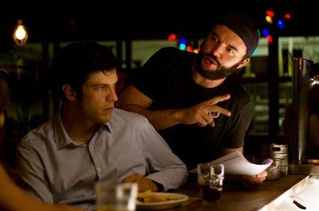 O diretor Rodrigo Bernardo no set com Matheus Solano