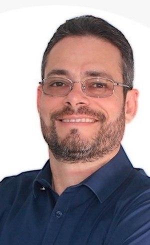 Professor Rodrigo Bezerra dá aulas de português