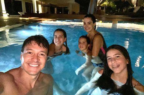 Família Faro curti banho de piscina