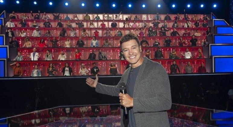 Rodrigo Faro comanda a terceira temporada do Canta Comigo, que traz o seu famoso painel de jurados