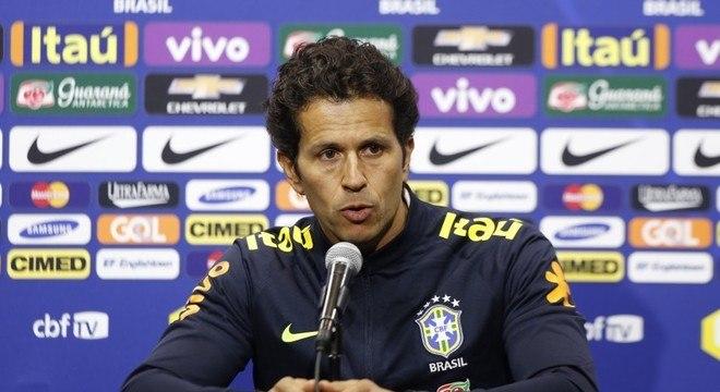 Médico da seleção brasileira, Rodrigo Lasmar operou Neymar neste sábado (3)