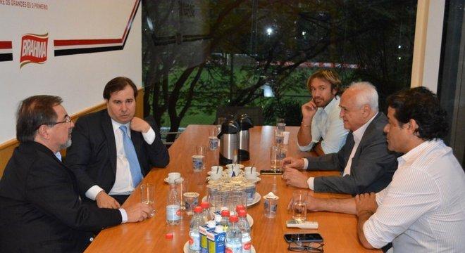 O líder da Câmara, Rodrigo Maia, levou a saída. Tem de virar clube-empresa