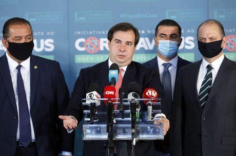 Rodrigo Maia ao lado de líderes do Congresso