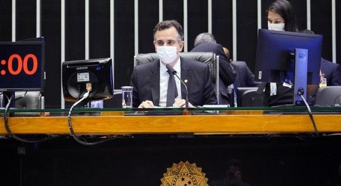 O presidente do Senado, Rodrigo Pacheco, preside sessão sobre orçamento no Congresso