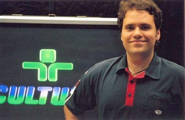 Rodrigo Rodrigues iniciou a carreira na Rede Vida em 1995, iniciando a faculdade de jornalismo dois anos mais tarde. Chegou a TV Cultura em 2001, permanecendo até 2003.