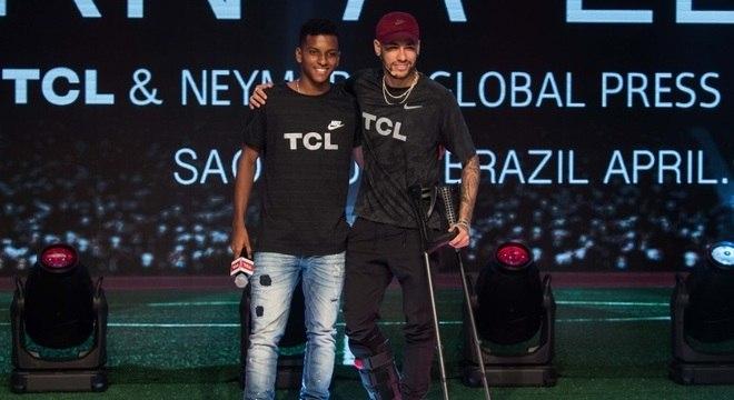 Rodrygo, em encontro com o ídolo Neymar, em evento de patrocinador