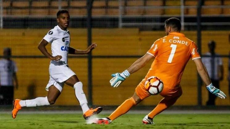 Rodrygo, atacante que ficou conhecido como Rayo no Santos, estreou no Peixe em 2017, com 16 anos. Hoje, faz parte do elenco do Real Madrid, além de convocado para a Seleção.