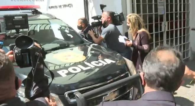 Carro levando o ex-médico Roger Abdelmassih de volta à prisão