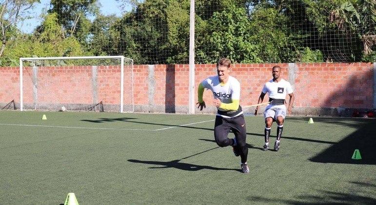 Roger Guedes também treina forte. Só que em Criciúma. Esperando o acerto com o Corinthians