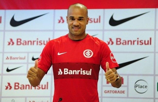 Roger - Internacional (2018) Após ter uma bom ano no Botafogo em 2017, Roger acertou sua ida ao Internacional, mas sua passagem não durou muito. O atacante ficou no clube até abril de 2018, rescindiu seu contrato com o Colorado após 13 jogos e se transferiu para o Corinthians