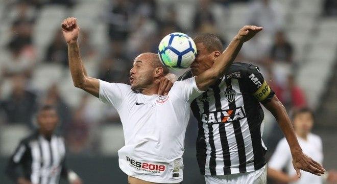 A camisa do Corinthians com o espaço vazio do patrocinador master