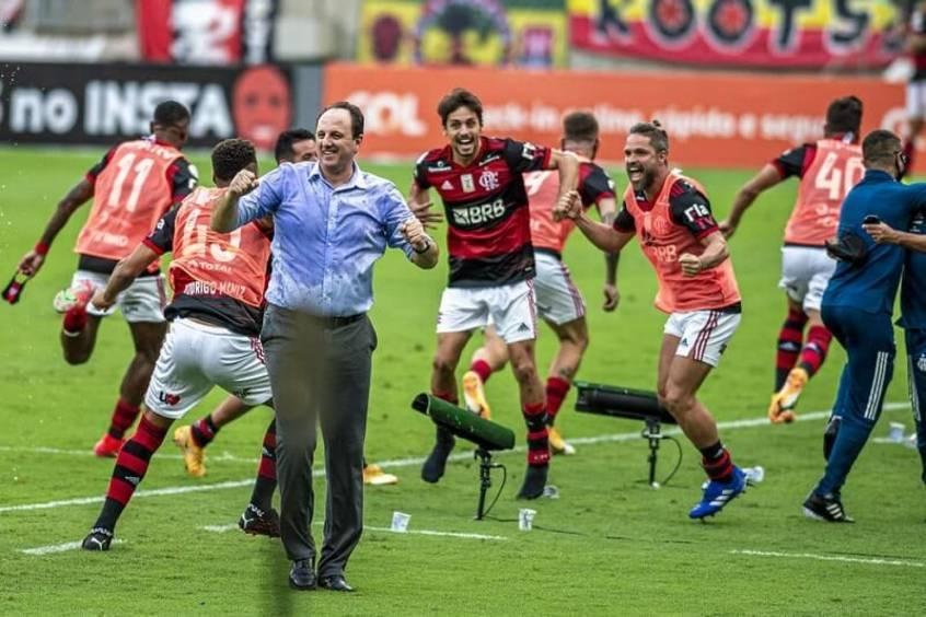 Rogério Ceni e seus jogadores comemoram a vitória que garantiu o Brasileiro de 2020