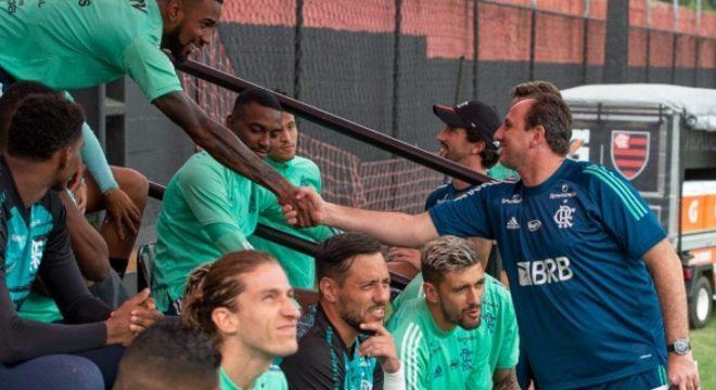 Rogério Ceni está morando no CT do Flamengo. Mas o time ainda não reagiu