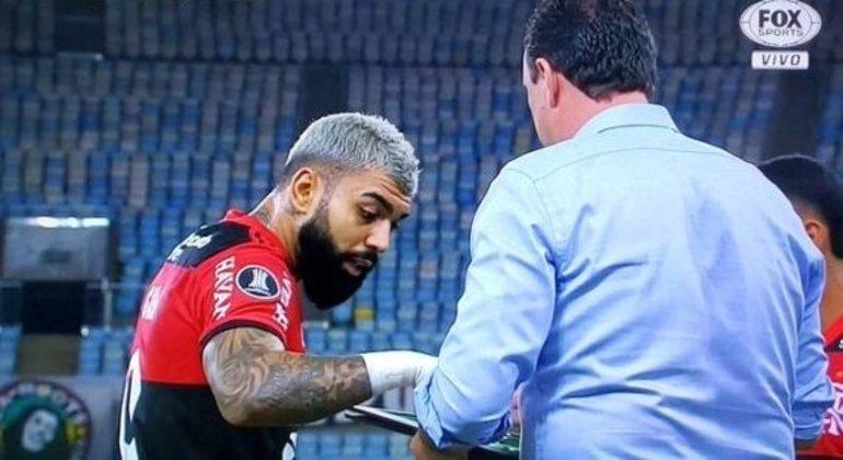 Gabriel confrontando Rogério Ceni para não ser substituído. Não foi