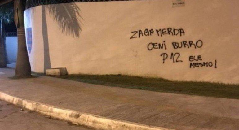 Muros da Gávea pichados. 'Ceni burro.' Rejeição ao técnico é crescente