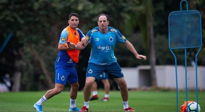 Ceni não foi páreo. A diretoria do Cruzeiro ficou com Dedé e Thiago Neves