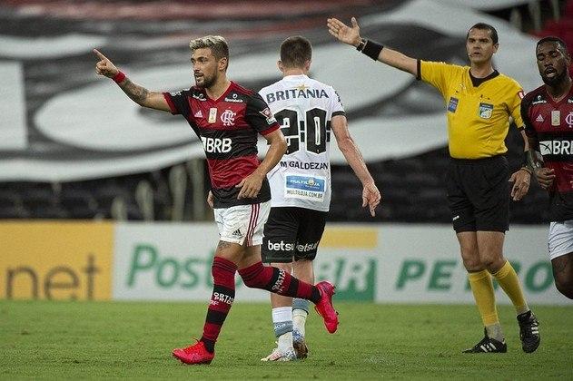 Rogério Ceni conseguiu a primeira vitória como treinador do Flamengo. Com amplo domínio, o Rubro-Negro derrotou o Coritiba por 3 a 1, neste domingo, pelo Brasileiro. O destaque da partida ficou para Arrascaeta, que deu uma assistência e marcou um gol.