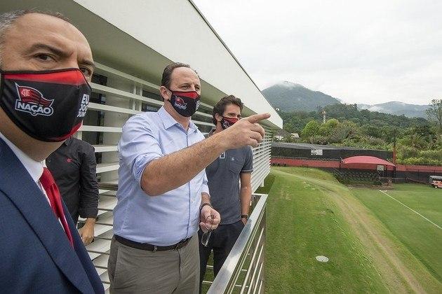 Rogério Ceni observa os campos de treinamento do Flamengo