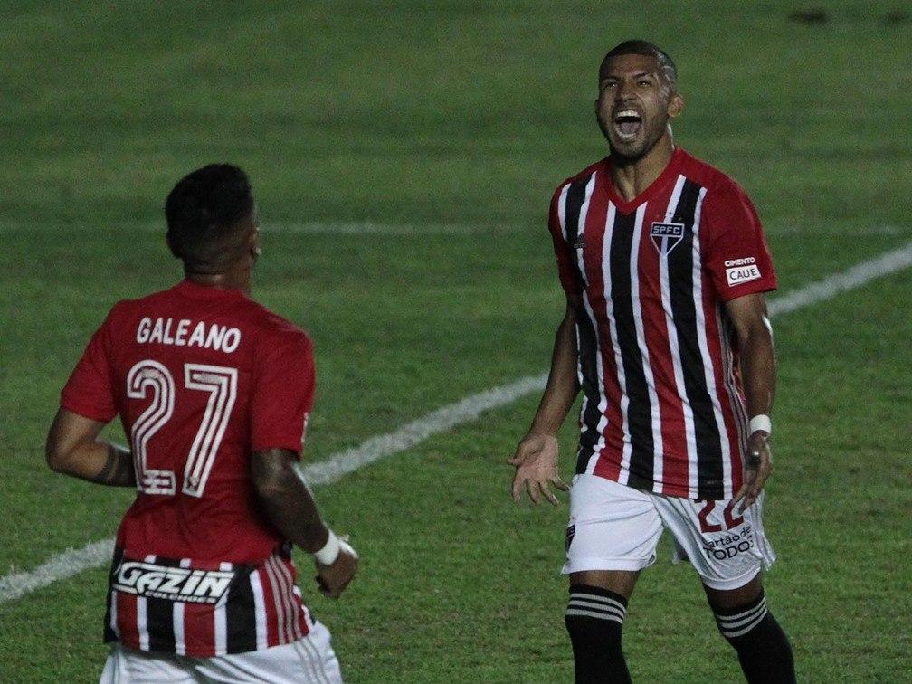 Rojas comemora o gol que marcou contra a Inter, de pênalti. 'Presente' pela volta