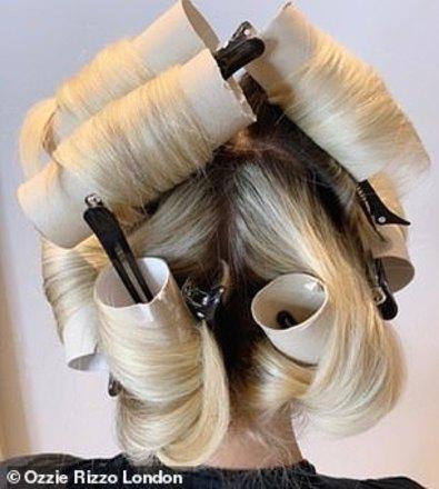 Em seguida, aplique uma quantidade generosa de spray de cabelo