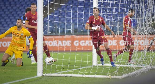 O momento do gol de Mkhitaryan, Roma 2 X 1