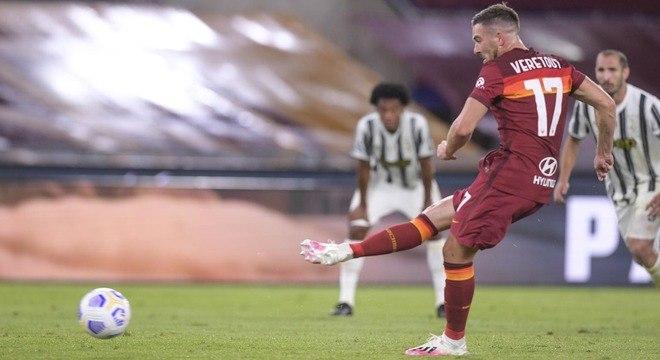 O momento da cobrança do penal por Veretout, Roma 1 X 0