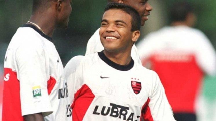 Roma - O atacante entrou no segundo tempo e estava em campo no momento do gol de Pekovic. Após deixar o Flamengo em 2002, rodou diversos clubes e se aposentou em 2011. Atualmente, aos 42 anos, atua na área do direito desportivo em Belém do Pará.