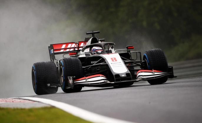 Romain Grosjean acelera sua Haas pela pista molhada