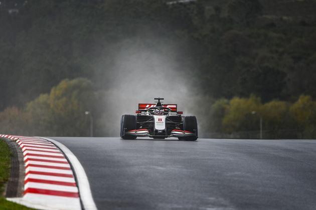 Romain Grosjean foi forçado a abandonar no fim.