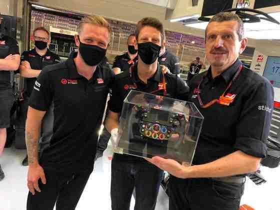Romain Grosjean recebe volante de presente da Haas.