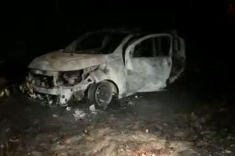 O veículo ficou totalmente queimado