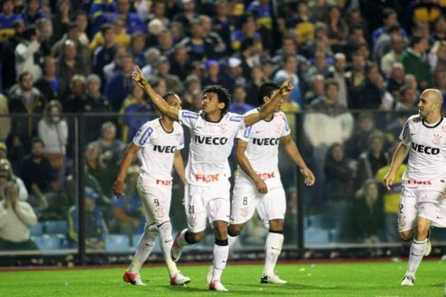 Romarinho - Corinthians 1 x 1 Boca Juniors - 2012 - Um dos gols mais icônicos do Timão aconteceu na final da Libertadores de 2012. Na temida La Bombonera, Romarinho tinha acabado de entrar, quando recebeu dentro da área e tocou de cavadinha na saída do goleiro para empatar o confronto de ida.