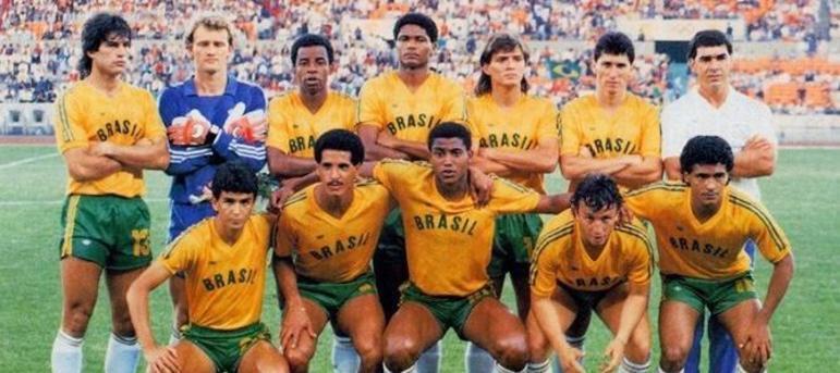 Romário (último agachado da direita para a esquerda) foi o artilheiro do futebol em Seul, com sete gols. O Brasil ficou com a prata. O Baixinho era jogador do Vasco no período.