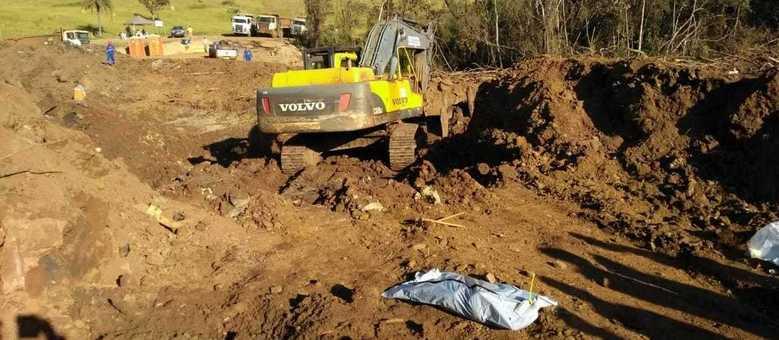 Corpo estava enterrado na lama e foi encontrado com ajuda de máquina pesada