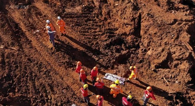 Segmentos de corpos encontrados pelos Bombeiros são levados para a Polícia Civil