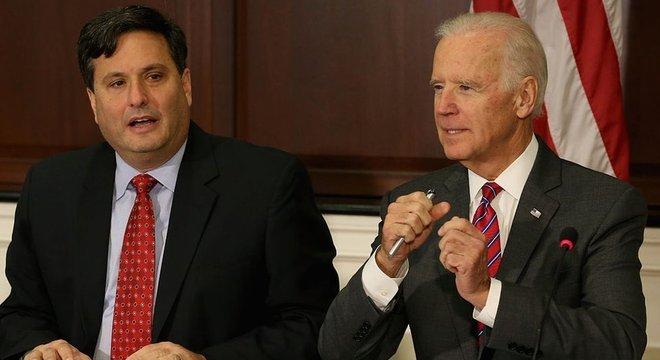 Ron Klain (esq.) já trabalhou com diversos candidatos democratas à Presidência em debates eleitorais