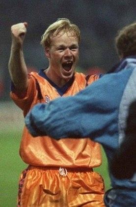 Ronald Koeman iniciou sua carreira como jogador em 1980, quando atuou no modesto Groningen, da Holanda, e é um dos poucos a ter jogado nos três grandes rivais de seu país: foi campeão nacional pelo Ajax (uma Eredivisie, em 84/85, e uma Copa da Holanda, em 85/86); depois fez história no PSV (foi tricampeão da Eredivisie, bi da Copa nacional e campeão da Champions em 87/88, em cima do Benfica); e, já no fim da carreira, atuou no Feyenoord, em 97, sem títulos.