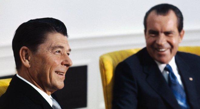 Quando era governador da Califórnia, Ronald Reagan (esq.) descreveu uma delegação da Tanzânia como 'macacos' em um telefonema com o então presidente Richard Nixon (dir.)