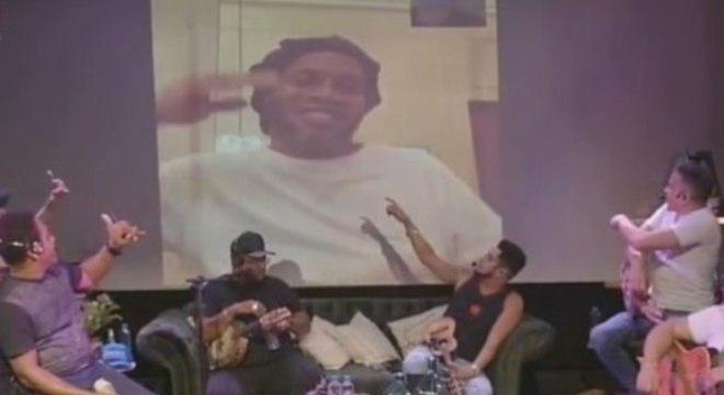 Mesmo preso, Ronaldinho aparece em live. Desmoralização da justiça paraguaia