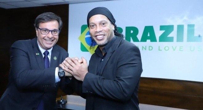 Ronaldinho, mesmo com a prisão, não perdeu o cargo de embaixador do Turismo