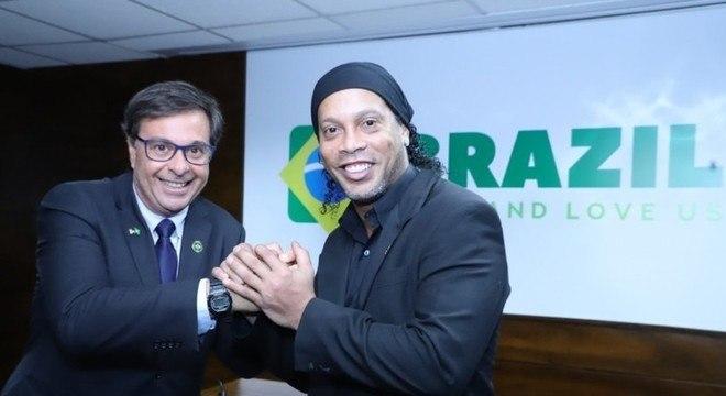 """Ronaldinho segue embaixador do Turismo do Brasil. """"Prisão é problema pessoal"""""""