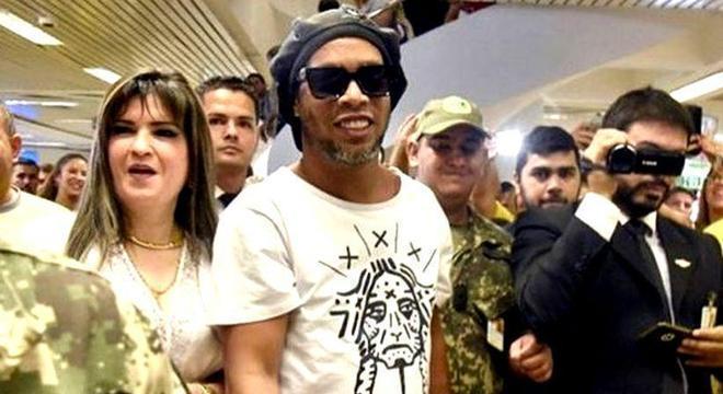 Ronaldinho ao lado de Dalia. Foragida e caçada pelas autoridades paraguaias