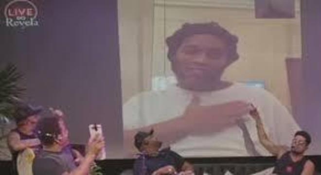 Ronaldinho na live do grupo Revelação. Desmoralizando a prisão no hotel 5 estrelas