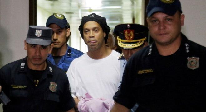 Ronaldinho preso e algemado no Paraguai
