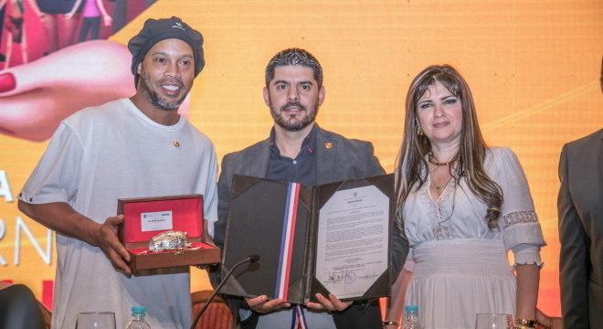 Dalia Lopez convidou Ronaldinho para lançar livro no Paraguai