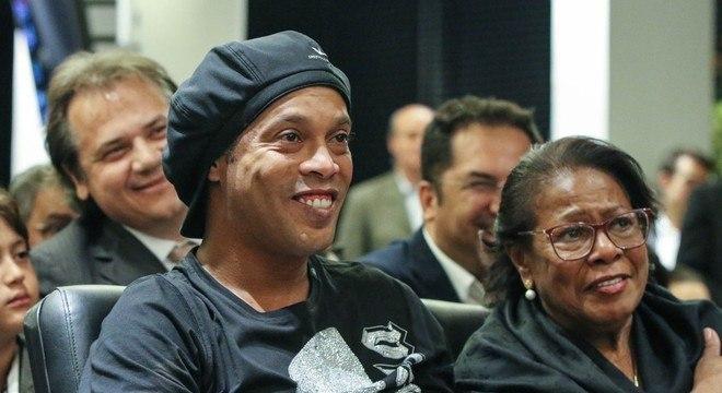 Ronaldinho e a mãe, dona Miguelina