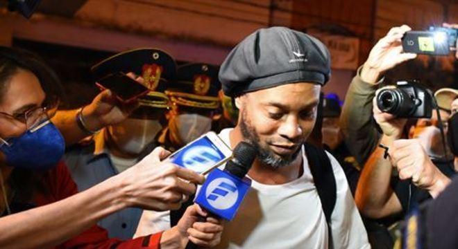 Ronaldinho e seu irmão foram detidos em março acusados de entrarem em território paraguaio com documentos falsos